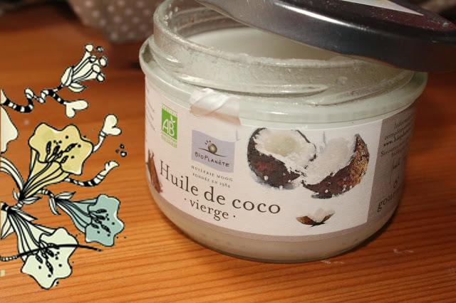 huile de noix de coco biologique dans les cheveux