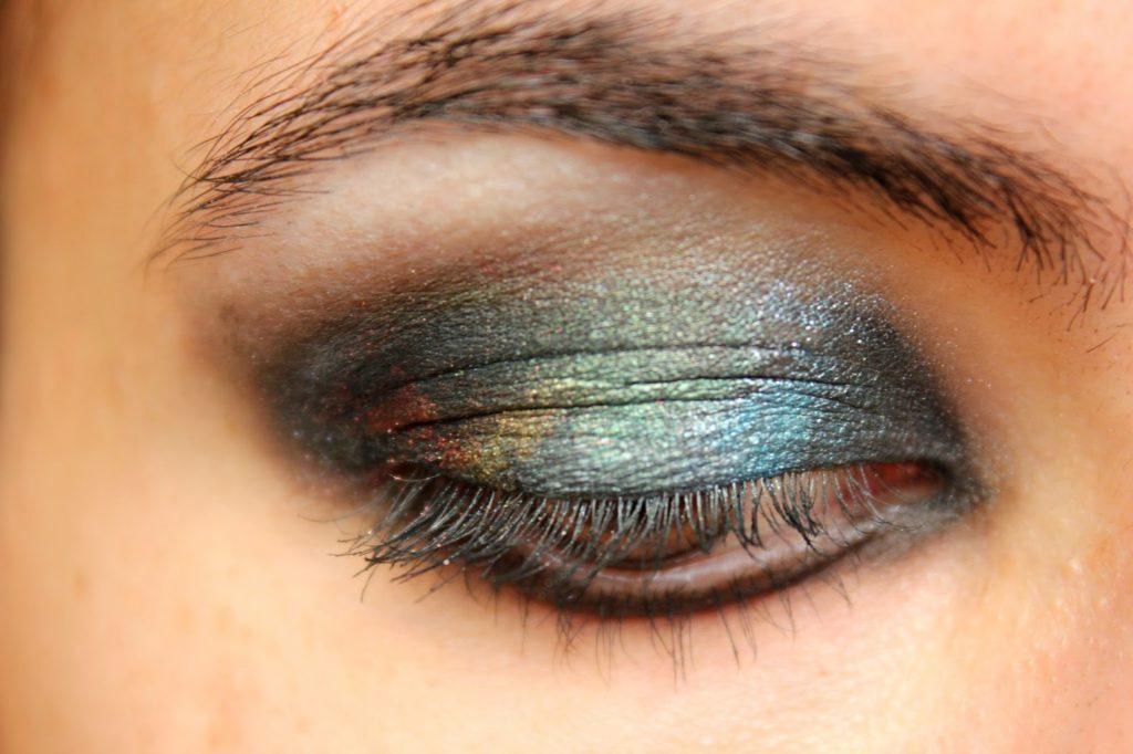 Maquillage fard à paupières façon galaxie