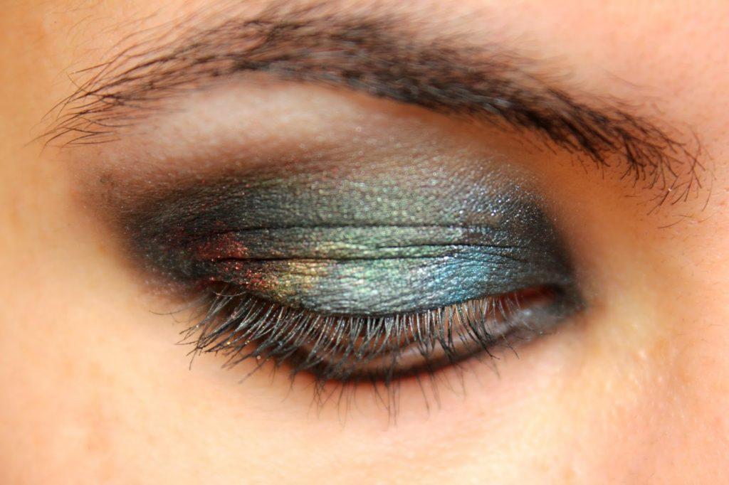 Maquillage des yeux charbonneux