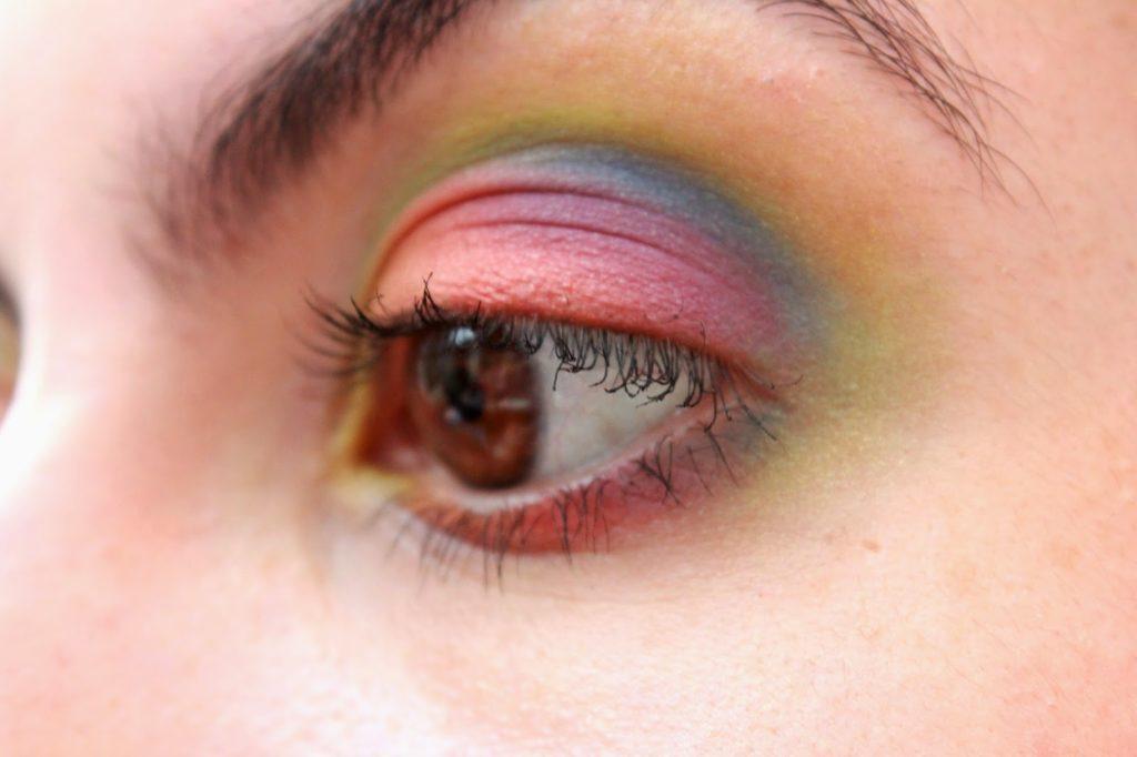 maquillage ds yeux couleurs de l'arc en ciel