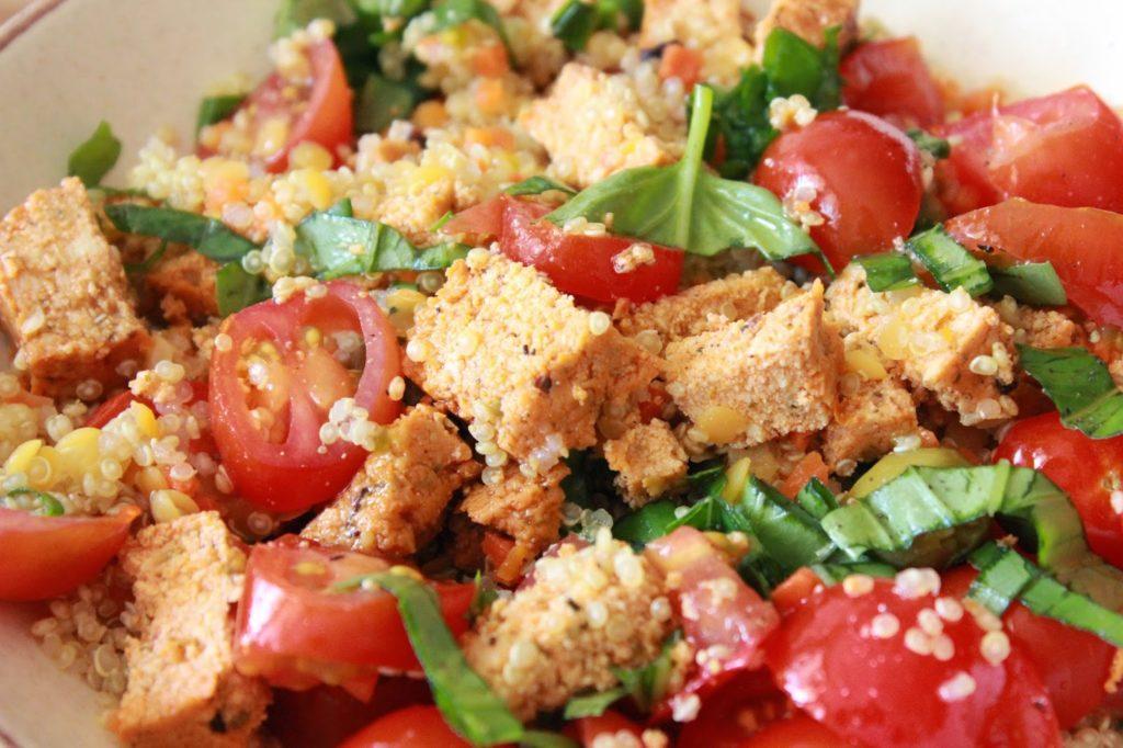 Salade froide au quinoa et au tofu