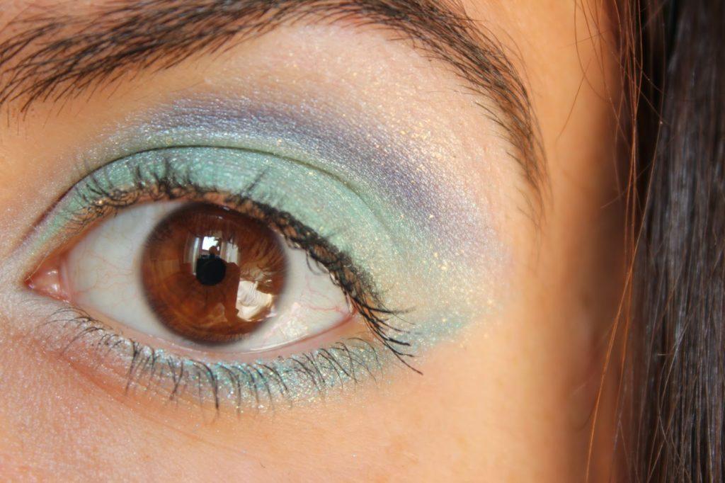 maquillage bleu et vert d'eau