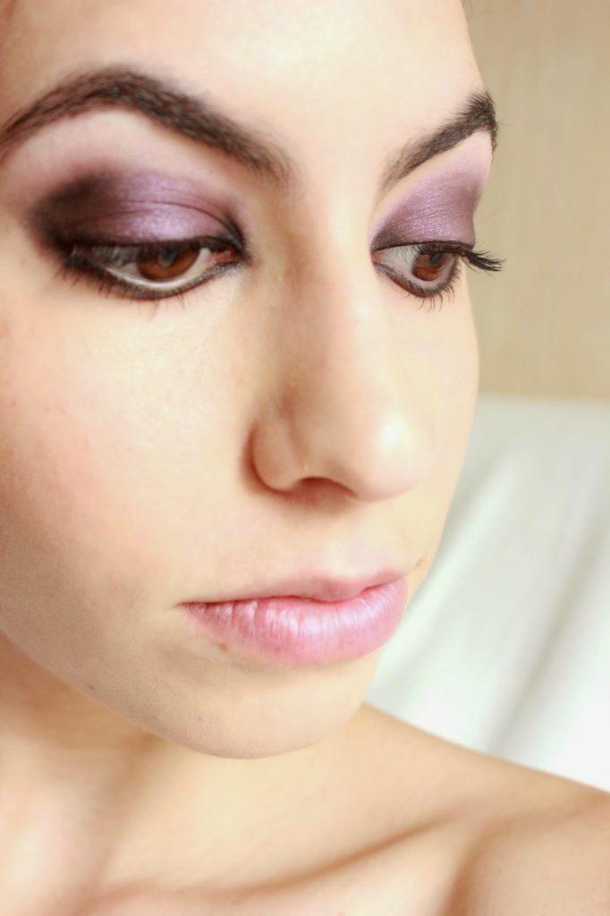 Maquillage des yeux violet et noir