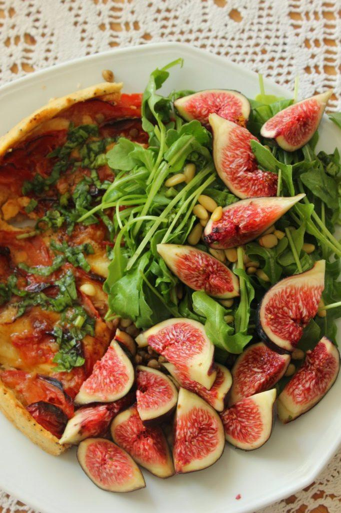 Recette de tarte à la tomate et à la mozzarella avec accompagnement