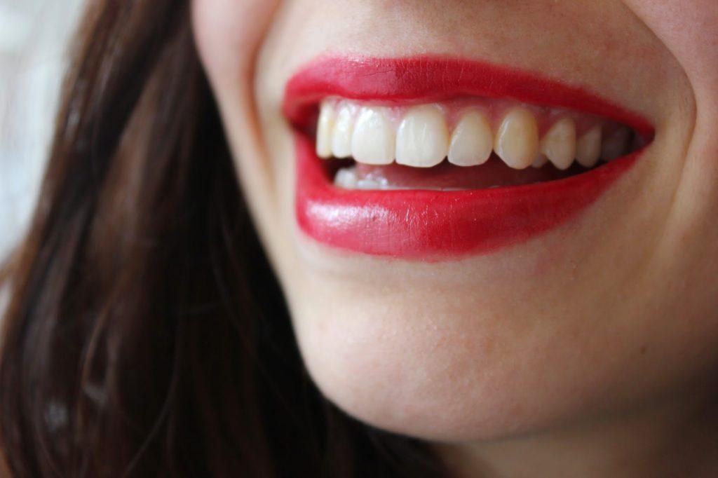 Jus red benecos sur les lèvres