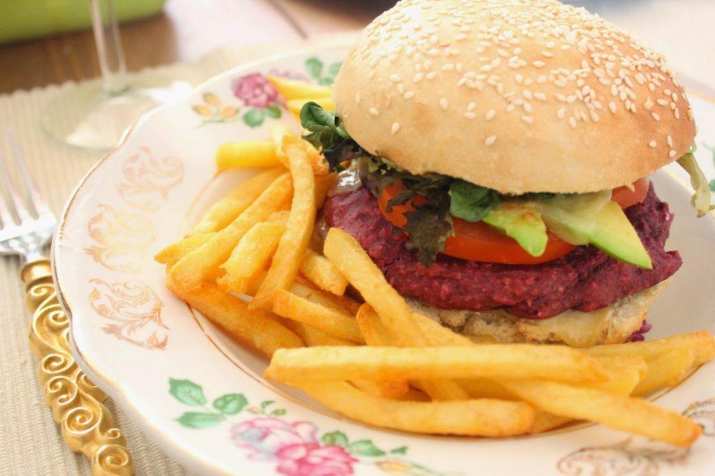 Burger végétarien avec un steak à la betterave