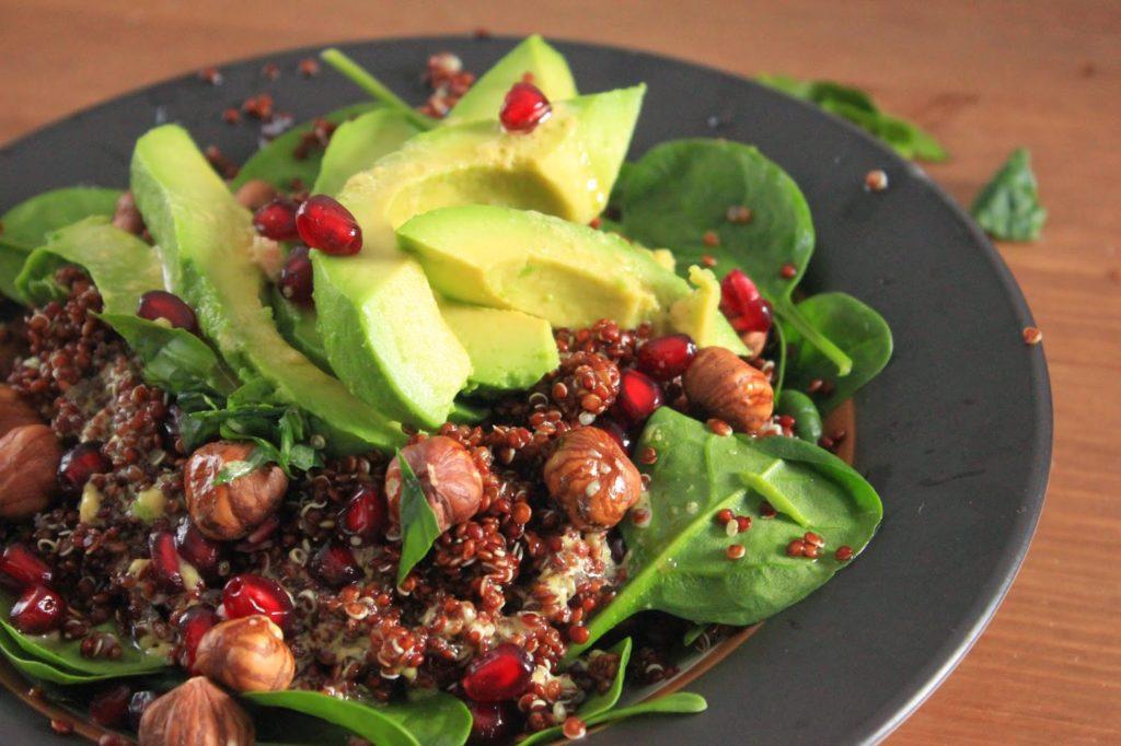 Quinoa rouge, avocat, noisettes et épinards