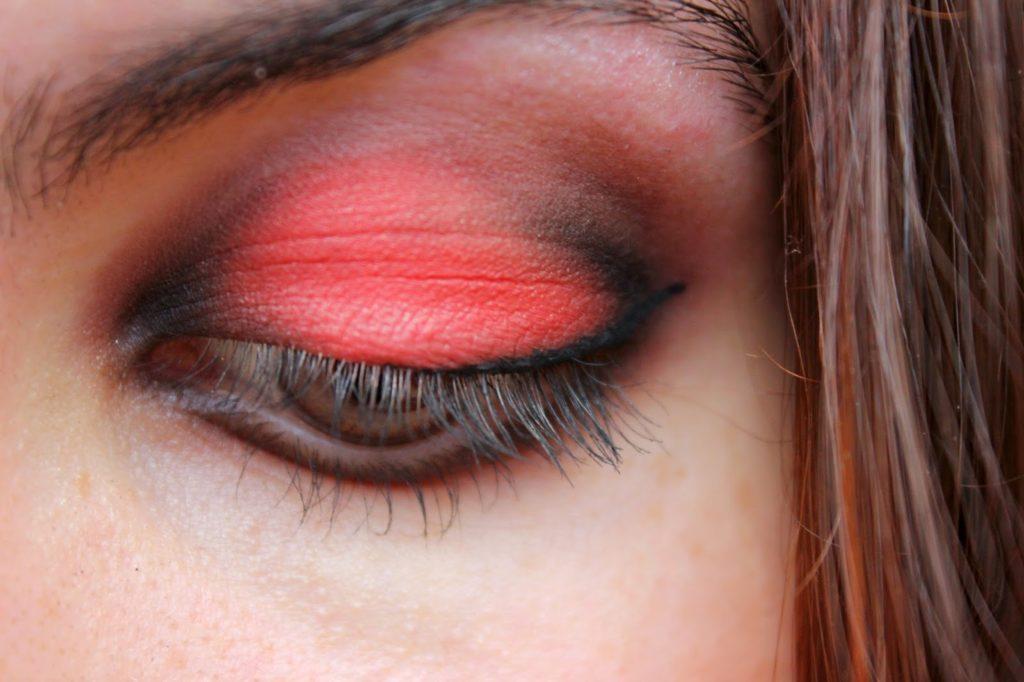 maquillage des yeux rouge et noir