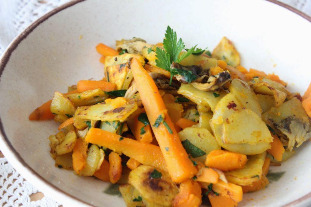 Pommes de terres aux chanterelles avec des carottes