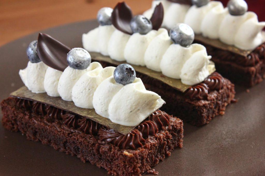 Dessert à l'assiette à base de brownie
