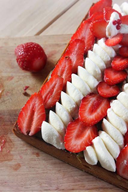 Tarte à la fraise et rhubarbe fraîche