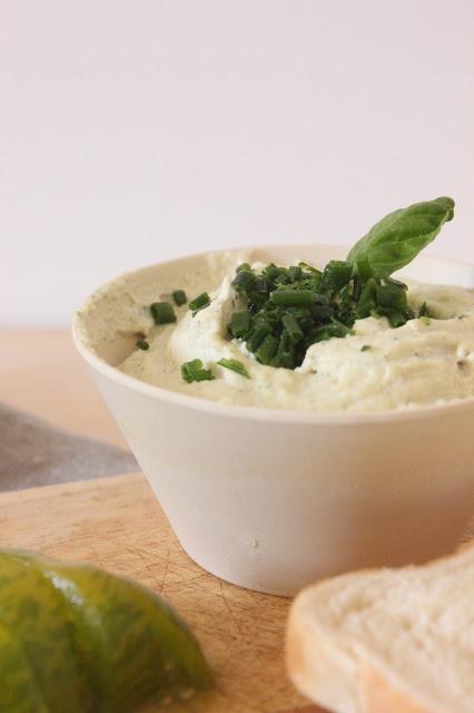 le fromage vegan tartiner aux herbes pr t en 15 minutes et une id e pour l 39 utiliser en. Black Bedroom Furniture Sets. Home Design Ideas