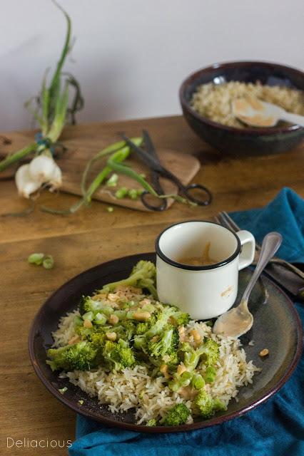 riz frit la sauce cacahu te ou sauce satay et aux brocolis deliacious. Black Bedroom Furniture Sets. Home Design Ideas