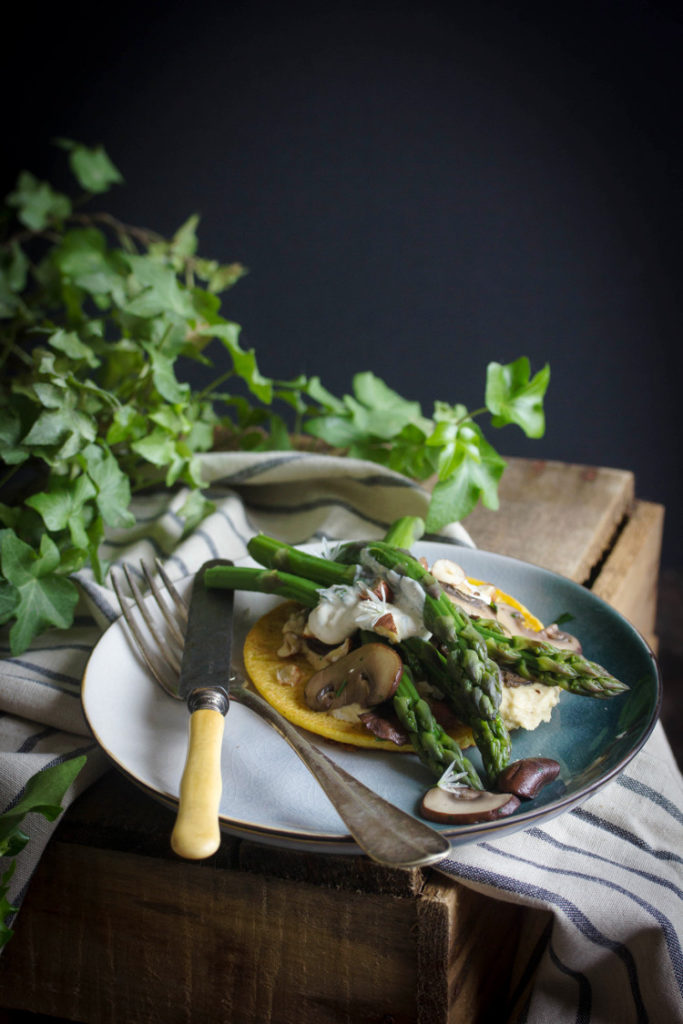 Galettes de pois chiches garnies aux asperges et champignons de Paris