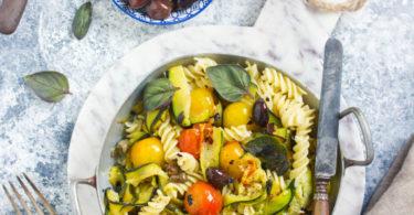 Pâtes aux courgettes, tomates et olives