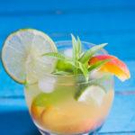 Cocktail sans alcool à la pêche et au citron vert