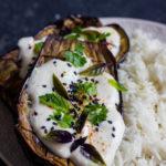 Aubergine rôtie sauce yaourt vegan