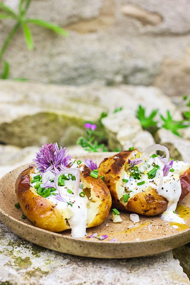 Recette de pommes de terre au four à la sauce ciboulette vegan
