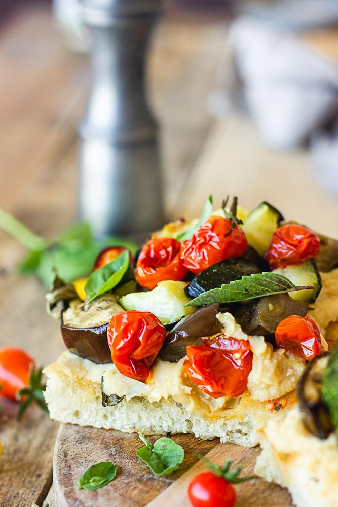Tartine de focaccia aux légumes rôtis
