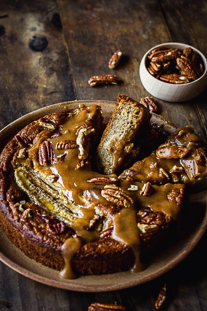 Banana bread et sauce au caramel de dattes