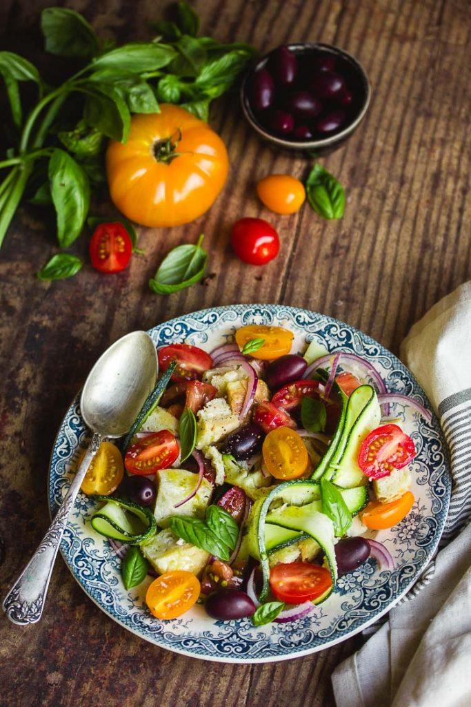 Panzanella aux tomates et courgettes