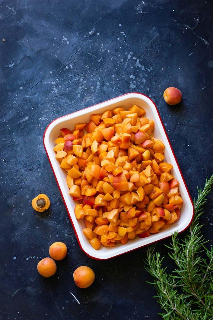 Découpe des abricots pour la confiture