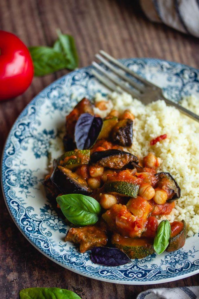 Légumes d'été rôtis à la tomate et aux pois chiches