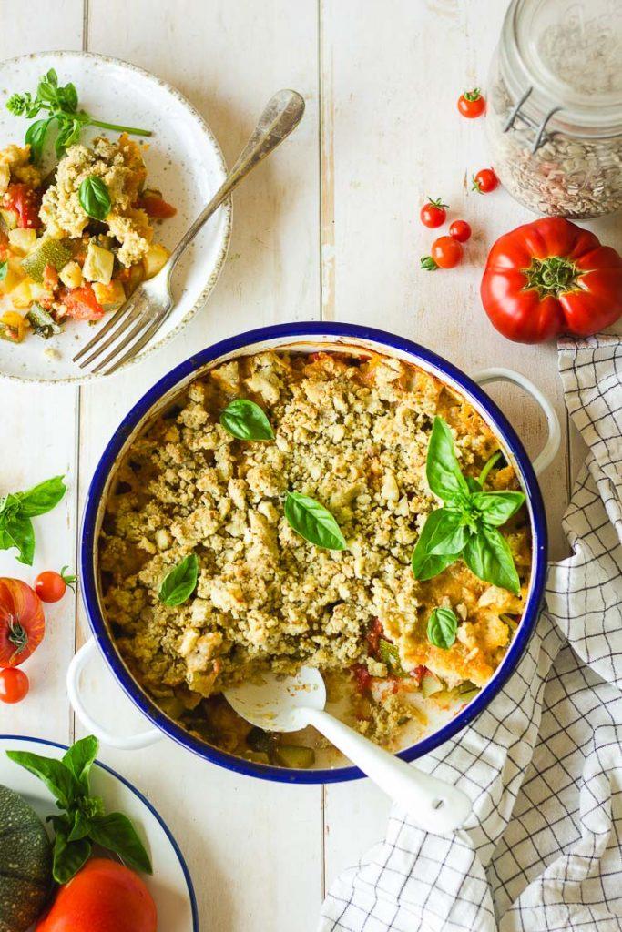 Crumble de tomates et courgettes vegan