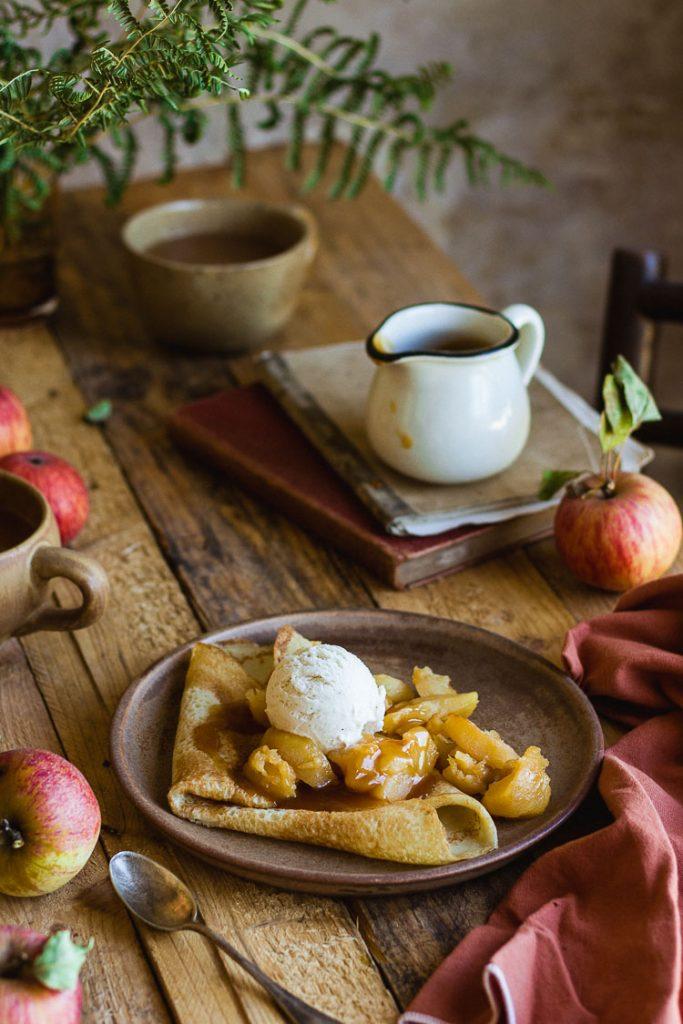 Crêpe aux pommes et au caramel salé