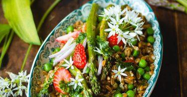 Petit épeautre aux asperges vertes et aux fraises