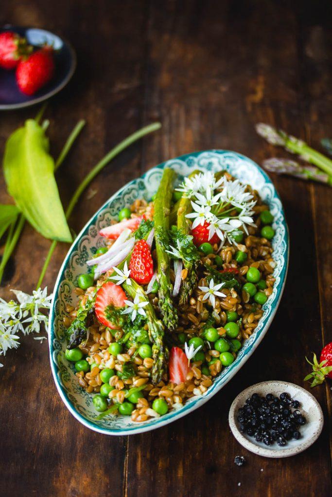 Salade d'asperges, de petits pois et fraises