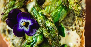 Tartine vegan aux asperges vertes