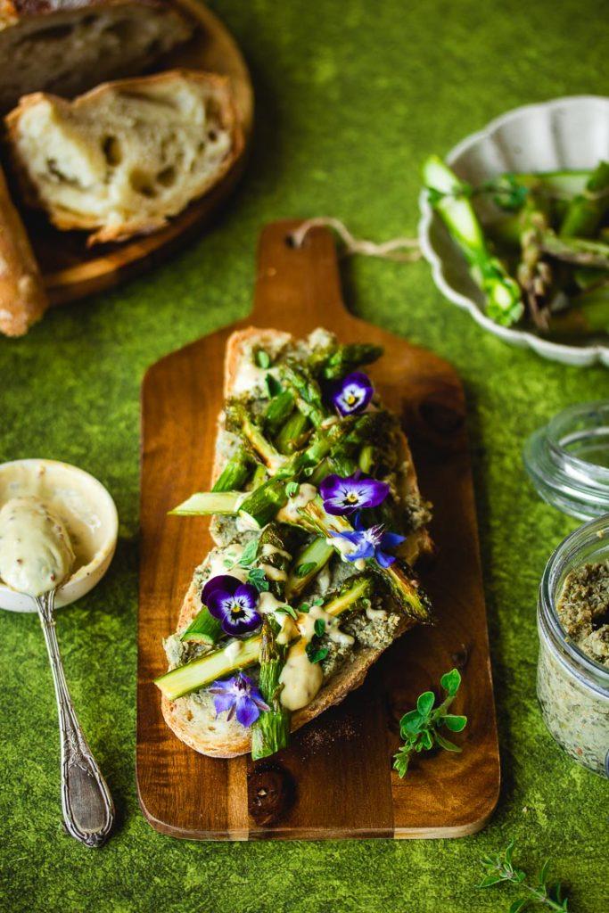 Tartine vegan aux asperges, lentilles et à la moutarde